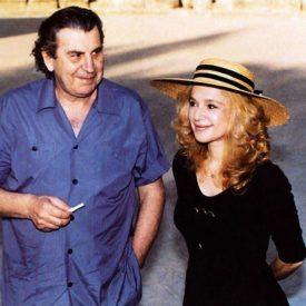 """Στην φωτογραφία ο Μίκης με την Αλίκη στην Επίδαυρο για το ανέβασμα της """"Αντιγόνης"""" το καλοκαίρι του 1990"""